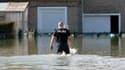 Policier dans un quartier inondé de La Rochelle. La tempête Xynthia a fait au moins 40 morts en France, dont 29 dans le seul département de la Vendée. /Photo prise le 28 février 2010/REUTERS/Régis Duvignau