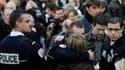 Rassemblement d'amis, collègues et proches du policier tué mardi à Dammarie-les-Lys. Le parquet antiterroriste français affirme que l'ETA est impliquée dans le meurtre de Jean-Serge Nérin, abattu mardi après un vol de voitures dans un garage à Dammarie-lè