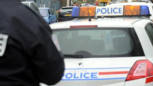 Un des fonctionnaires, traîné sur plusieurs mètres, a fini contre un véhicule en stationnement.