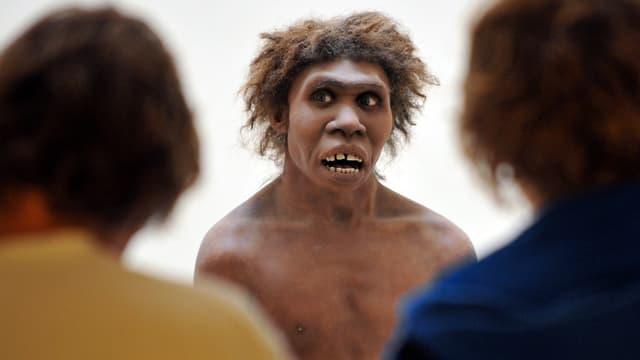 """Des personnes regardent une oeuvre de l'exposition """"Première humanité"""" au musée national de Préhistoire, le 2 juillet 2008 aux Eyzies-de-Tayac, Dordogne. (photo d'illustration)"""