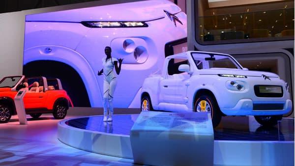 Citroën a confié la E-Méhari à Courrèges, ça donne une voiture de plage blanc immaculé du plus bel effet.