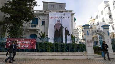 Une bannière placardée sur le local du Syndicat national des journalistes montre un Saoudien de dos, une tronçonneuse à la main, le 26 novembre, à Tunis.