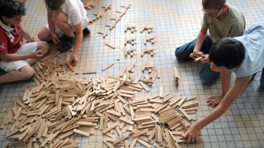Le jeu de construction en briquettes de pin des landes s'adresse aux enfants dès 3 ans.