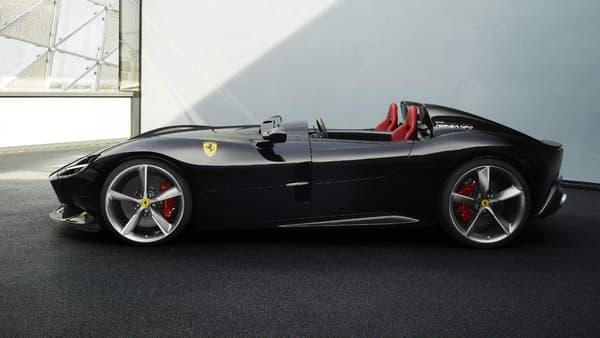A coté de la SP1, stricte monoplace, Ferrari a dévoilé la SP2, un roadster. Les deux modèles sont dotés d'un V12.