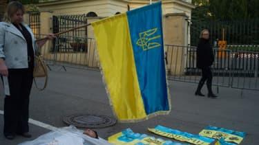 Une femme rend hommage aux hommes morts dans les affrontements de Kiev
