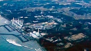 Vue des vagues approchant la centrale de Fukushima-Daiichi quelques minutes après le tsunami du 11 mars. Le niveau de radioactivité a fortement augmenté dans la mer à proximité de la centrale où les techniciens s'employaient dimanche à pomper des flaques