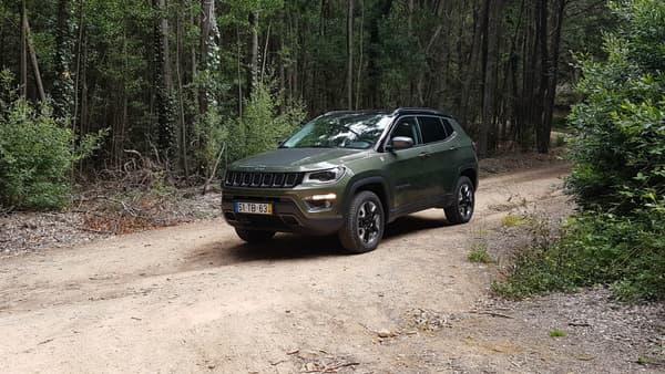 Notre version Trail Hawk en vert kaki se fond parfaitement dans la forêt