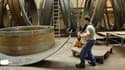 Un ouvrier dans une halle de production de mâts éolien au Creusot, en Bourgogne.