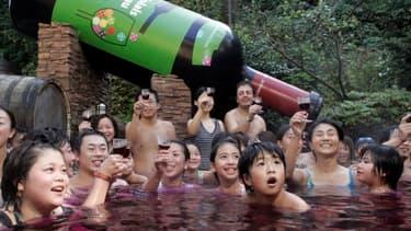 Un bain de Beaujolais nouveau dans un SPA japonais à l'occasion du lancement de la cuvée 2007.