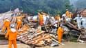 Pompiers à l'oeuvre au milieu des décombres de maisons après un glissement de terrain consécutif aux précipitations liées au passage de la dépression Talas à Tanabe, dans l'ouest du Japon. Cette dépression, précédemment classée comme une tempête tropicale