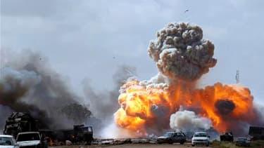Bombardements des véhicules des forces kadhafistes par les aviations de la coalition, sur la route stratégique reliant Benghazi et d'Ajdabiah, dans l'est de la Libye. La route a été en partie rouverte par les alliés. /Photo prise le 20 mars 2011/REUTERS/G