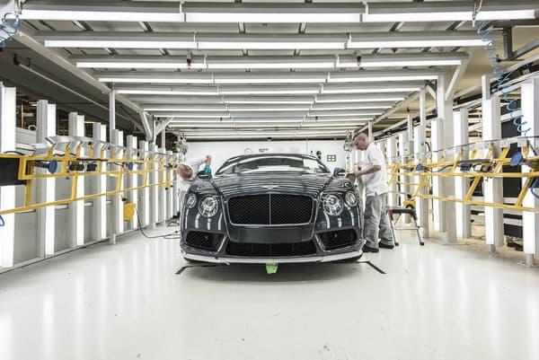 À l'usine de Crew dans le nord de l'Angleterre, les Bentley sont assemblées en grande partie à la main.