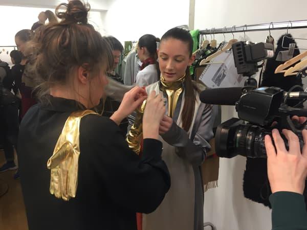 Préparation des mannequins du défilé Liselore Frowijn lors de la Fashion Week de Paris