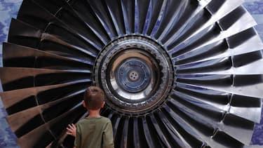 Rolls-Royce fabrique des moteurs pour l'aviation et la marine et emploie plus de 22.000 personnes au Royaume-Uni, ce qui en fait un des plus grands groupes manufacturiers du pays.