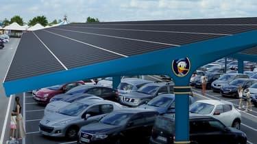 Disneyland Paris déploiera sur 17 hectares de places de stationnement des ombrières photovoltaïques, sortes d'auvents recouverts de 67.500 panneaux solaires.
