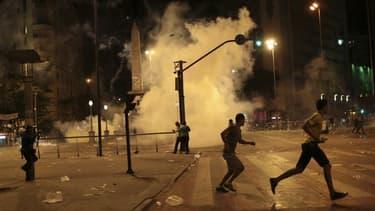 Emeutes dans les rues de Belo Horizonte, troisième ville du Brésil. Plusieurs dizaines de milliers de Brésiliens ont à nouveau manifesté mercredi pour réclamer des mesures contre la corruption et de meilleurs services publics, malgré les concessions du Co