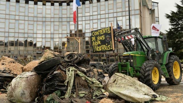 Des agriculteurs bloquent l'accès de la préfecture d'Eure-et-Loire, à Chartres, le 2 février 2016.