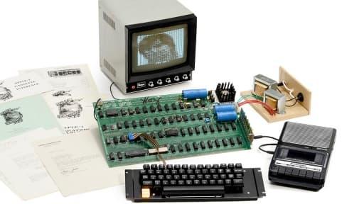 L'un des rares exemplaires d' ordinateur Apple I a été vendu aux enchères pour plus d'un demi-million d'euros.