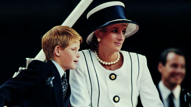 Le Prince Harry et sa mère Lady Diana, à Buckingham Palace en 1995