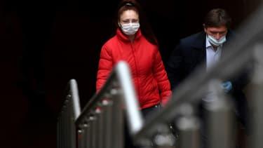Des passants masqués à Moscou, le 12 octobre 2020