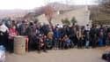 Des habitants de Madaya attendent le convoi humanitaire du Croissant rouge, le 11 janvier