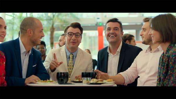 """Michaël Youn et Arnaud Ducret dans """"Divorce Club"""", entourés par les YouTubeurs Carlito et McFLy"""