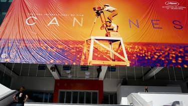 L'affiche du 72e festival de Cannes en train d'être installée sur le Palais des festival, le 12 mai 2019.