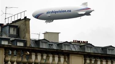 Un Zeppelin mesurant la qualité de l'air au-dessus de Paris. Les premières traces du panache émis par la centrale japonaise de Fukushima ont été relevées en France, a annoncé samedi l'Institut français de radioprotection et de sûreté nucléaire (IRSN). /Ph