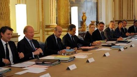 """Nicolas Sarkozy a demandé mercredi à son nouveau gouvernement une """"solidarité sans faille"""" au service de la mise en oeuvre des réformes qu'il entend mener à bien d'ici la fin de son quinquennat, en 2012. /Photo prise le 17 novembre 2010/REUTERS/Philippe W"""