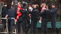 """Mai 1993 : des policiers du RAID évacuent les derniers enfants  de la maternelle de Neuilly, à la fin de la prise d'otages par """"Human Bomb"""" de 21 enfants de moins de 3 ans et de leurs instituteurs."""