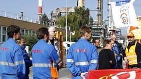 Grévistes rassemblés devant la raffinerie Total de Grandpuits, en Seine-et-Marne, mardi.