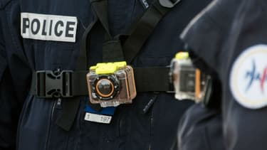 Une caméra-piéton sur un policier à Calais en mars 2016