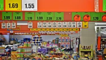 Les rayons mal rangés des magasins hard discount n'attirent plus les clients.