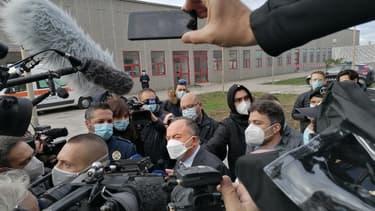 Le procureur anti-mafia italien Nicola Gratteri est entouré de cameramen et de journalistes pour l'ouverture du maxi-procès de la 'Ndrangheta à Lamezia Terme, en Calabre, le 13 janvier 2021 .