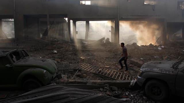 Palestinien dans un stade en ruines à Gaza. Les hostilités entre activistes islamistes et Israël sont entrées lundi dans leur sixième journée alors que les efforts diplomatiques devraient s'intensifier pour tenter d'imposer le silence aux frappes aérienne