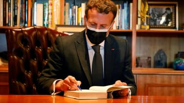 Le président français Emmanuel Macron à la fondation Nelson Mandela, à Johannesburg le 29 mai 2021