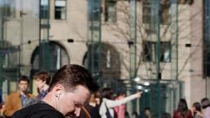 File d'attente devant un magasin Apple à New York. La firme à la pomme a lancé samedi l'iPad à l'assaut des consommateurs américains qui pourront enfin tester par eux-même la tablette tactile, objet de mois de spéculations et d'effervescence. /Photo prise