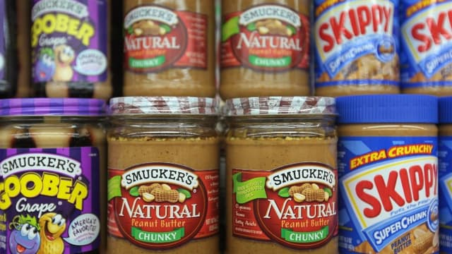 Des pots de beurre de cacahuètes alignés dans le rayon d'un supermarché aux Etats-Unis (image d'illustration)