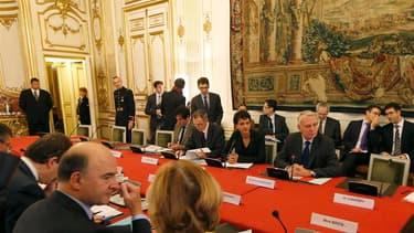 Lors d'une réunion ministérielle de réflexion sur le coût du travail présidée par Jean-Marc Ayrault, vendredi à Matignon. Après une semaine de cacophonie sur le dossier de la compétitivité, le gouvernement s'est aligné vendredi sur le rappel à l'ordre eff