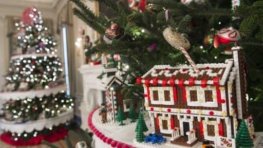 Un sapin et des cadeaux de Noël - Image d'illustration