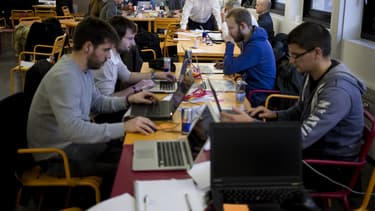 La pénurie de formation universitaire traditionnelle au développement de logiciels a favorisé l'essor d'apprentissages innovants aux métiers du numérique comme l'École 42.