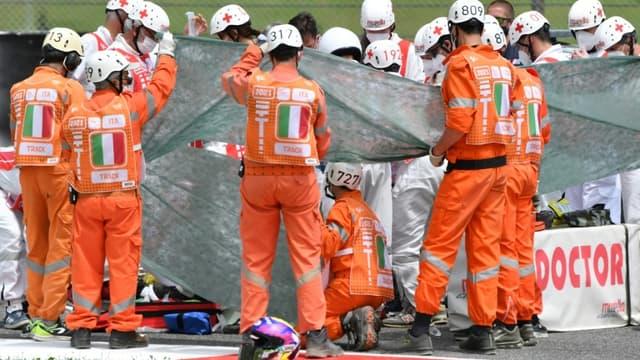 Des secouristes prodiguent les premiers soins au pilote suisse Jason Dupasquier, victime d'une lourde chute impliquant trois motos, lors des qualifications du Grand Prix d'Italie en catégorie Moto3, le 29 mai 2021 sur le circuit de Mugello