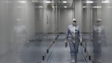 Une salariée du laboratoire d'État russe Vektor, à Strelna, en Russie, le 20 mai 2020.
