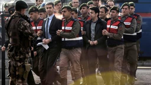 Des soldats turcs, accusés d'avoir participé au coup d'Etat avorté du 15 juillet, sont escortés vers le tribunal de Mugla, le 20 février 2017