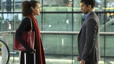 """Nathalie Emmanuel et Nikesh Patel dans la série de Hulu """"Quatre mariages et un enterrement""""."""