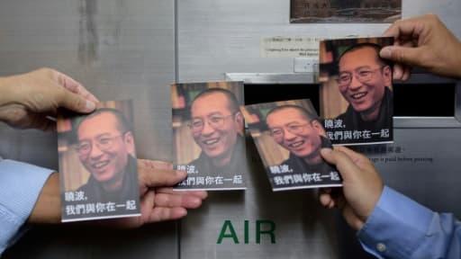 Des manifestants se préparent à poster des cartes-postales pour le Prix Nobel chinois Liu Xiaobo, devant un bureau de poste de Hong Kong, le 5 juillet 2017