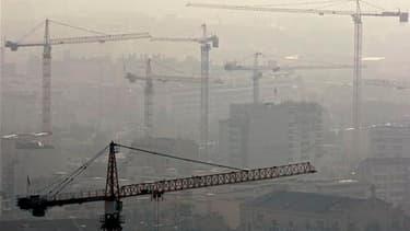 Grues sur des chantiers à Marseille. Plus de 131.000 logements sociaux ont été construits en 2010, un record selon le gouvernement, mais un chiffre qui ne satisfait pas les associations de mal logés. /Photo d'archives/REUTERS/Jean-Paul Pélissier