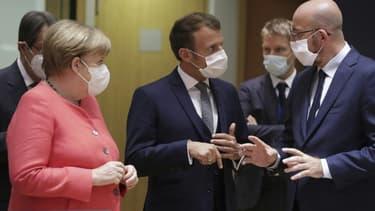 La chancelière allemande Angela Merkel, le président français Emmanuel Macron et le président du Conseil européen Charles Michel discutent avant le début du sommet européen extraordinaire sur le plan de relance économique, le 17 juillet 2020 à Bruxelles