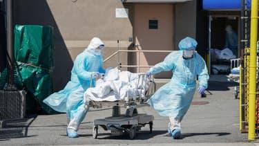 Une équipe médicale transportant une personne décédée du Covid-19.