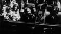 John F. Kennedy et sa femme Jacqueline, quelques moments avant l'assassinat du président américain le 22 novembre 1963 à Dallas, au Texas.